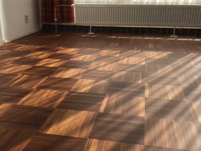 Zonnestralen op gerenoveerde parketvloer