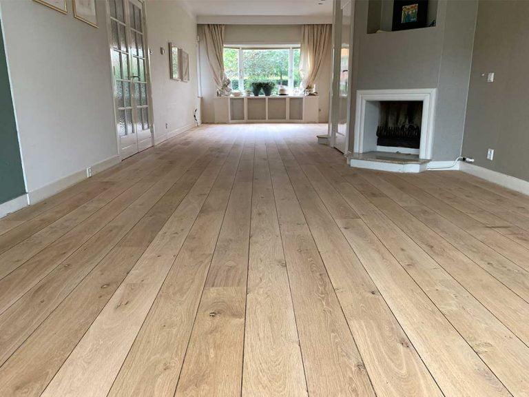 Met skylt behandelde planken houten vloer